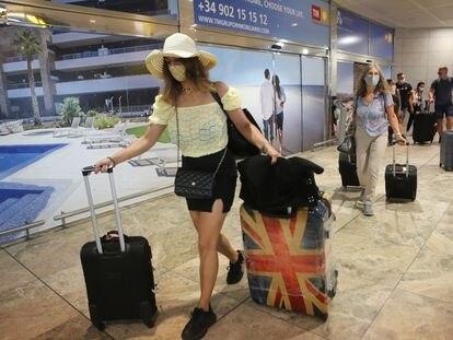 Un grupo de turistas británicos llega al aeropuerto de Alicante, este lunes.