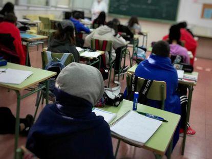 Alumnos abrigados en clase en el instituto Juan de Mairena.