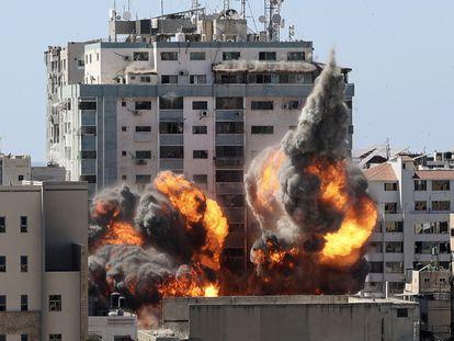 La torre de 12 plantas, que albergaba las oficinas locales de Associated Press y Al Jazeera, que fue alcanzada por un misil israelí, el sábado en la ciudad de Gaza.
