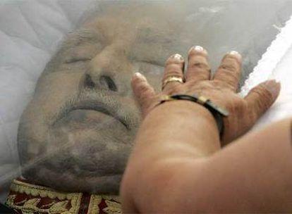 """Una multitud de adeptos ha dado su último adiós a Augusto Pinochet, que falleció a los 91 años acosado por la justicia y después de causar una profunda grieta en la sociedad chilena por su sangrienta dictadura de 17 años (1973-1990).  Pinochet no será enterrado con honores de jefe de Estado, porque """"es una figura que divide a Chile"""", ha dicho el portavoz del Ejecutivo de la socialista Michelle Bachellet, torturada en la dictadura e hija de otra víctima de Pinochet."""