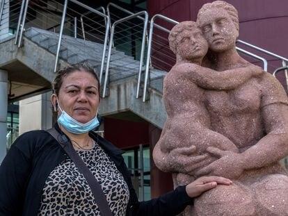 Fatima, madre de Soucrak, superviviente, frente al hospital de Las Palmas, en Gran Canaria.
