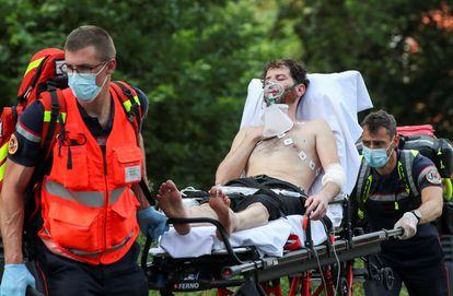 Otro de los migrantes en huelga de hambre es trasladado al hospita en camilla y con oxígeno desde el campus de la universidad ULB de Bruselas, en Bélgica, este 29 de junio de 2021.