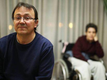 Víctor Maíllo, junto a su mujer, que es dependiente, el pasado enero en su casa, en San Fernando de Henares.