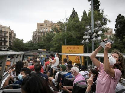 Una turista fotografía desde el autobús descapotable