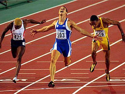 El corredor griego festeja la obtención de la medalla dorada.