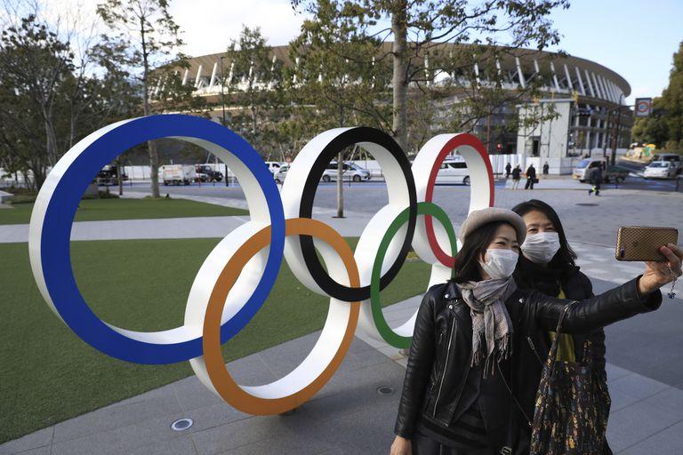 Dos mujeres se hacen un selfie ante el Estadio Olímpico de Tokio.
