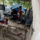 Un grupo de migrantes caminan al el interior de un campamento de refugiados el d'a 11 de abril 2020 en Matamoros,Tamaulipas, Mexico. Desde el mes de enero pasado fue instalado un campamento donde se encuentran m‡s de 2500 migrantes de 7 diferentes nacionalidades, instalado en las orillas del R'o bravo frente al muro divisorio entre MŽxico y los Estados Unidos, los migrantes esperan su resoluci—n de asilo pol'tico por parte del gobierno norteamericano.  Este campamento es uno de los puntos delicados ante la epidemia de coronavirus, debido a las condiciones de hacinamiento y la precariedad de servicios b‡sico como, el agua y la electricidad.