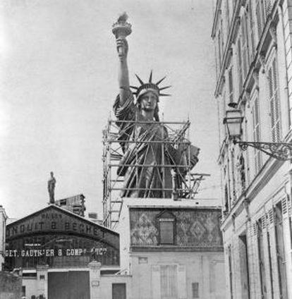 Estatua de la Libertad en París, preparada para su envío a Estados Unidos (1887).