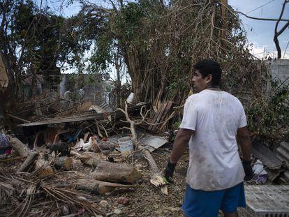 Un hombre observa su casa destrozada debido al huracán 'Grace', en el municipio de Tecolutla, Veracruz.