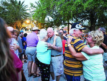Varias parejas de habitantes de The Villages bailan antes de la pandemia en este enclave de Florida (EE UU).