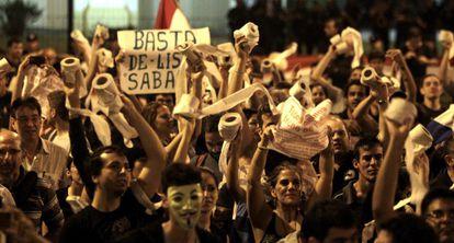 Los manifestantes portaban papel higiénico para 'limpiar' a los políticos.