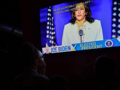 Un grupo de personas mira el discurso de Kamala Harris este sábado, tras ser electa vicepresidenta.