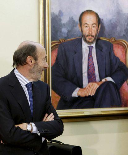 Alfredo Pérez Rubalcaba contempla un retrato suyo en el palacio de la Moncloa el pasado 21 de octubre.