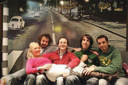 Los cinco integrantes de La Oreja de Van Gogh posan frente a una foto de Abbey Road (Londres), la misma que utilizaron The Beatles para la portada de uno de sus discos.
