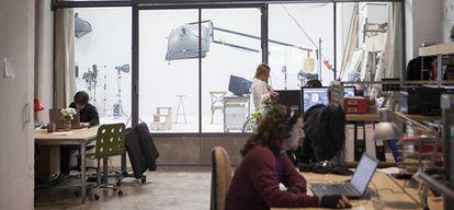 Una docena de mesas de trabajo, dos salas de juntas... y la sala polivalente en la que algunos pasan más tiempo que en sus escritorios.
