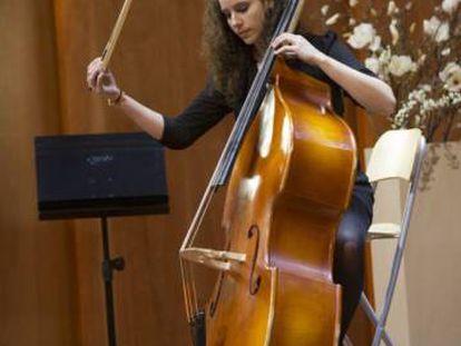 Una alumna de la escuela de música Reina Sofía.
