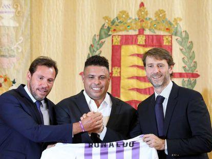 Óscar Puente, alcalde de Valladolid; Ronaldo y Carlos Suárez, el día que presentaron la entrada del brasileño en el Valladolid.
