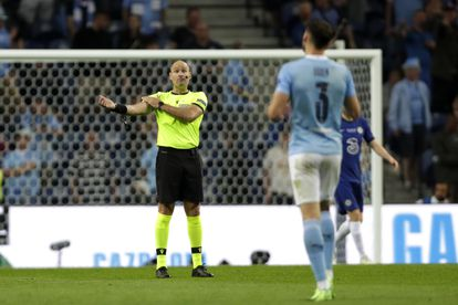 Mateu Lahoz gesticula durante la final de la Champions League ante unas supuestas manos.