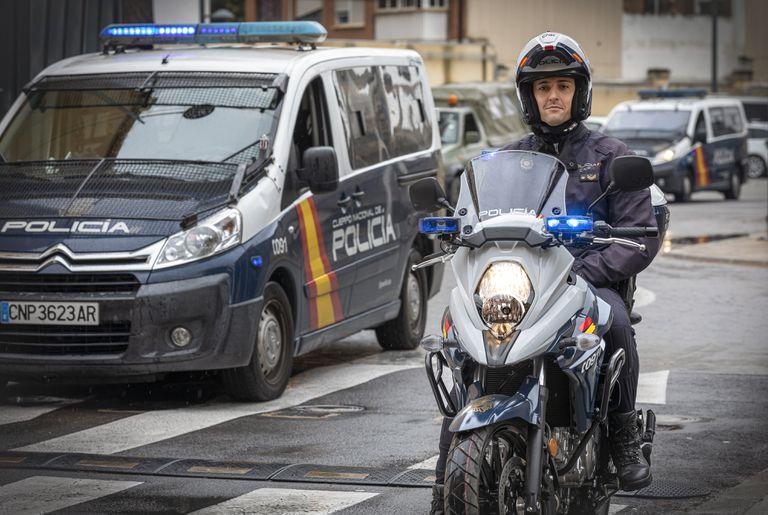 El agente de la Policía Nacional Julio Cruz, el 25 de marzo en Valencia.