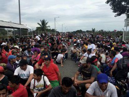 Plegarias, desesperación e incertidumbre. Así aguarda la caravana de migrantes hondureños su entrada a México para continuar al norte