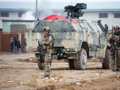 Soldados alemanes patrullaban las calles de la ciudad afgana de Mazar-i-Sharif, el 11 de diciembre de 2013.
