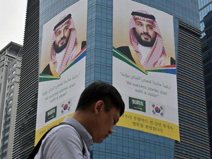 La imagen del heredero saudí, proyectada en Seúl (Corea el Sur). En vídeo, un perfil de Salman.