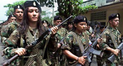 Las FARC en un desfile militar en febrero de 2001.