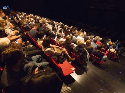 15/10/2021 La grada del Teatre Lliure de Grˆcia p‡racticamente llena en el primer d'a en que el aforo puede ser del 100%. Foto: Joan S‡nchez