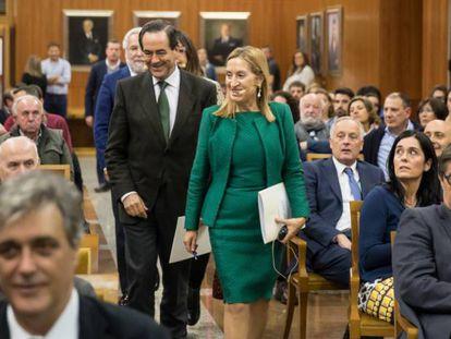 Ana Pastor, seguida de José Bono, llegan al acto en Santiago. En vídeo, el evento completo.
