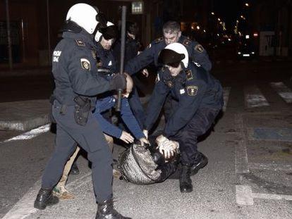 La policía durante la intervención al final de la manifestación en apoyo a Gamonal de Alicante.