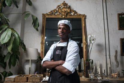 El guineano Yaya Bailo Barry, de 19 años, tiene permiso de residencia, pero no le autoriza a trabajar.