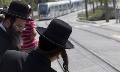 Un grupo de personas espera el tranvía en Jerusalén.