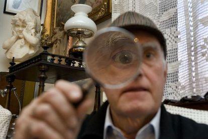 Joan Proubasta, coleccionista de objetos y libros de Sherlock Holmes.