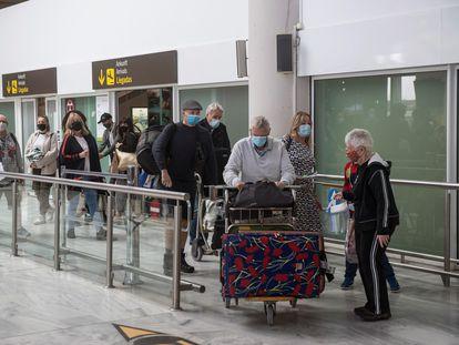 Varios turistas en el aeropuerto César Manrique de Lanzarote, el pasado octubre.
