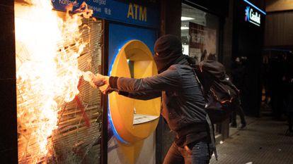 Un manifestante quema un banco en Barcelona durante las protestas por Hasél, el pasado sábado.