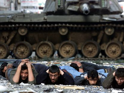 Palestinos detenidos durante la Segunda Intifada, en 2002 en Ramala (Cisjordania).