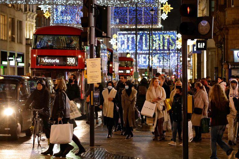 Viandantes en Oxford Street, en el centro de Londres este lunes.