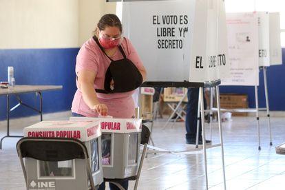Una mujer vota en la consulta popular del 1 de agosto en Pachuca, Estado de Hidalgo.