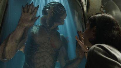 Sally Hawkins y Doug Jones, caracterizado como el monstruo, en 'La forma del agua', de Guillermo del Toro.