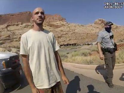 Captura del vídeo policial en la que se ve a Brian Laundrie (izquierda) con un agente de Moab (Utah) el 19 de agosto.