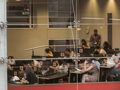 Varios estudiantes, durante la prueba de Selectividad en la Universidad Pompeu Fabra de Barcelona, este martes.