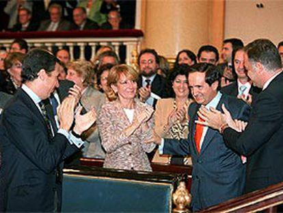 Juan José Lucas, aplaudido ayer en el Senado por su antecesora, Esperanza Aguirre, y el ministro de Trabajo, Eduardo Zaplana (izquierda).