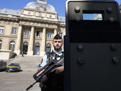 Un agente vigila el Palacio de Justicia de París donde este miércoles comienza el juicio por los atentados del 13 de noviembre de 2015.