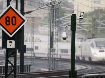 Un tren Alvia pasa por las nuevas señales y balizas instaladas el domingo en Angrois.