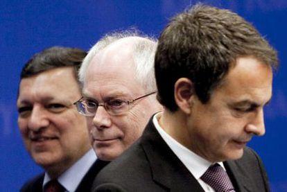 Barroso, Rompuy y Zapatero, de izquierda a derecha, en la rueda de prensa conjunta, ayer en Bruselas.
