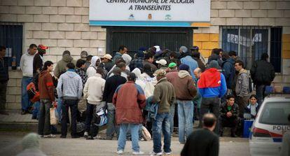 Decenas de personas se agolpan ante el Centro Municipal de Acogida a Transeúntes de Jaén a la espera de recibir el almuerzo, en una imagen de archivo.
