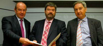 El viceconsejero de Empleo y Trabajo, Ricardo Barkala, el consejero de Empleo y Políticas Sociales, Juan María Aburto, y el director de Trabajo del Gobierno vasco, Xabier Losantos.