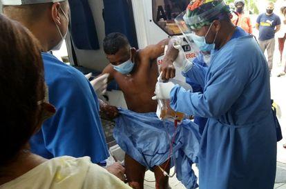 Una victima de quemaduras llega Hospital Central Julio Méndez Barreneche, este lunes 6 de julio en Santa Marta, Colombia.