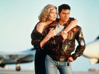 Tom Cruise, con su célebre cazadora bomber, y Kelly McGillis en una imagen promocional de 'Top Gun' (Tony Scott, 1986).