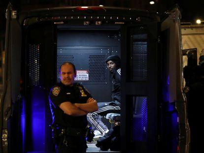 Un manifestante arrestado por la policía de Nueva York durante las protestas en Manhattan.